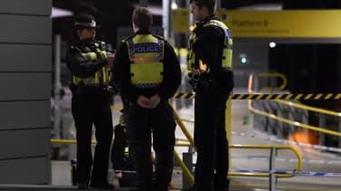 Des policiers britanniques près du lieu de l'attaque survenue le 31 décembre 2018 à Manchester, au Royaume-Uni.
