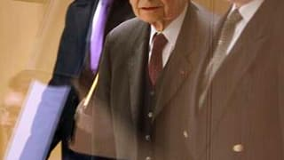 Jacques Servier (au centre), président du laboratoire éponyme, à son arrivée à l'Assemblée nationale. Le scandale du Mediator est arrivé mercredi devant les députés avec l'audition du fondateur du laboratoire, déjà mis en cause par une enquête administrat