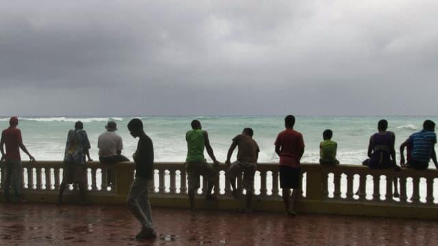 Des habitants de Bahoruco, en République dominicaine, surveillent le ciel