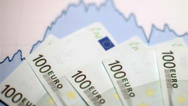 Les deux ans de grâce accordés par Bruxelles à la France pour réduire ses déficits publics à 3% du PIB risquent paradoxalement de compliquer la tâche du pouvoir en offrant un argument aux collectivités locales soucieuses d'atténuer ce choc budgétaire. /Ph