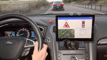 Ford teste des voitures qui peuvent surveiller les feux de circulation pour réguler leur vitesse et rencontrer le moins de feux rouges.