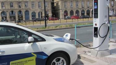 Nissan a fait appel à la société française DBT CEV pour concevoir des bornes de recharge en Europe.