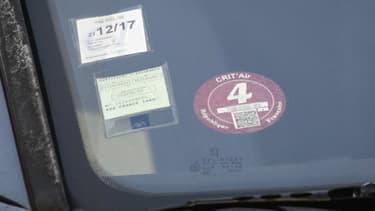 Cette voiture porteuse d'une pastille Crit'Air numéro 4 ne pourra pas rouler en petite couronne demain, en région parisienne. Au total, 2,8 millions de véhicules légers sont concernés.