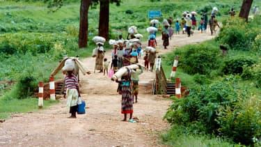 Des réfugiés rwandais fuient Kigali, la capitale, le 11 mai 1994.