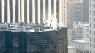 Le feu s'est déclaré sur le toit du building.