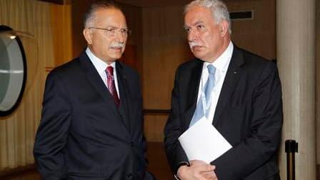 Le ministre palestinien des Affaires étrangères, Riyad al Maliki (à gauche), aux côtés du secrétaire général de l'Organisation de coopération islamique Ekmeleddin Ihsanoglu, au siège de l'Unesco à Paris. La Palestine a obtenu lundi le statut d'Etat membre