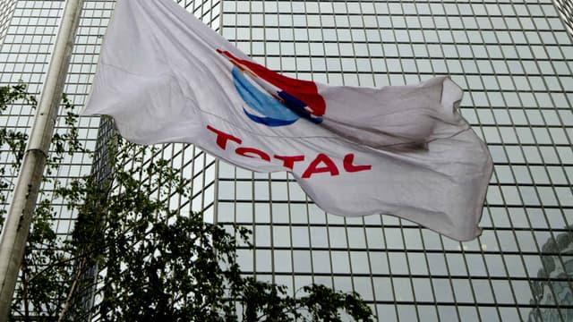 Le drapeau Total, flottant devant le siège du groupe à La Défense. (Photo d'illustration)