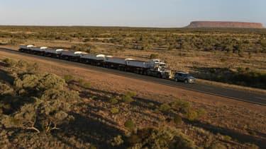 100 mètres de long et 110 tonnes pour ce convoi très spécial tiré par un Land Rover Discovery