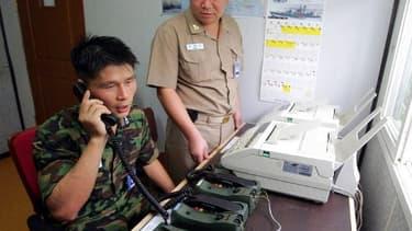Un soldat de Corée du sud communique avec la Corée du Nord le 10 août 2005.