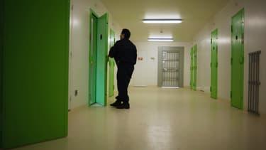 Un gardien de la prison de Lyon-Corbas (Rhône) le 2 avril 2009.