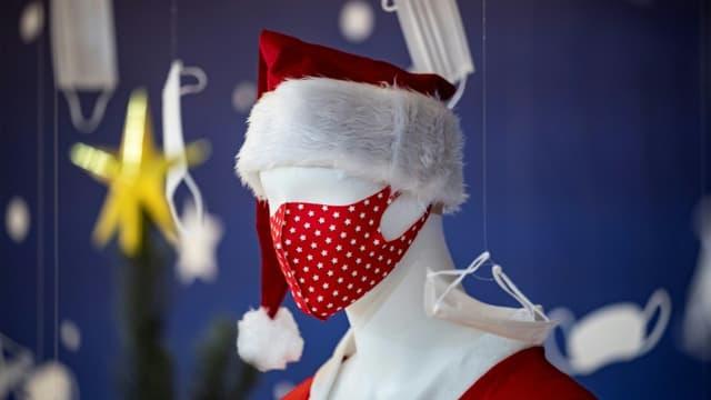Un mannequin de Père Noël avec un masque dans une boutique à Yokohama, le 2 décembre 2020