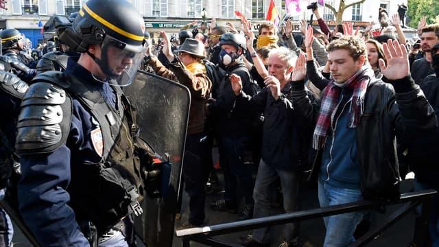 Face-à-face entre les forces de l'ordre et des manifestants le 1er mai 2016.