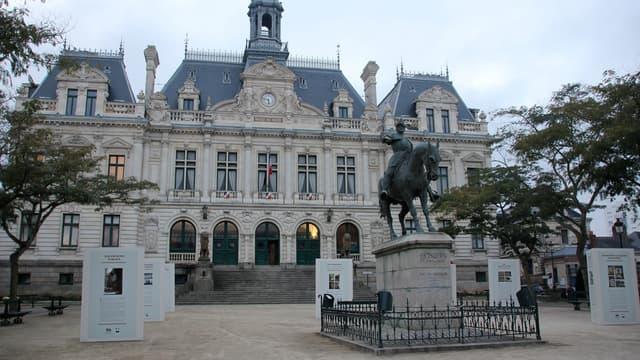 L'association Villes de France, qui réunit les élus de plus de 600 villes, appelle à assouplir le statut de la fonction publique territoriale pour favoriser une meilleure gestion des personnels dans un contexte budgétaire serré.