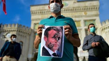 Manifestation, le 25 octobre 2020 à Istanbul, après les propos du président français Emmanuel Macron sur l'islam qui ont suscité critiques, manifestations et même appels au boycott des produits français dans le monde musulman