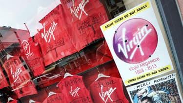 Les salariés du Virgin de Strasbourg ont affiché leurs vestes en vitrine pour prostester contre la fermeture du magasin