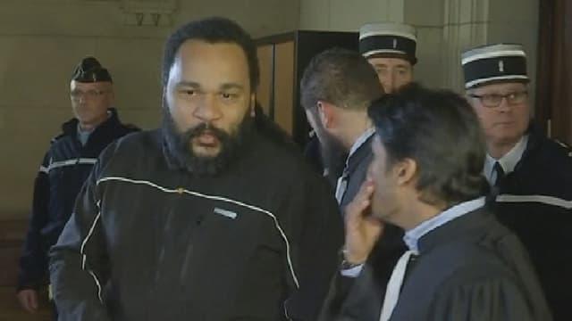 Dieudonné s'exprime avec son avocat, mercredi, à la sortie de son procès au tribunal correctionnel de Paris.