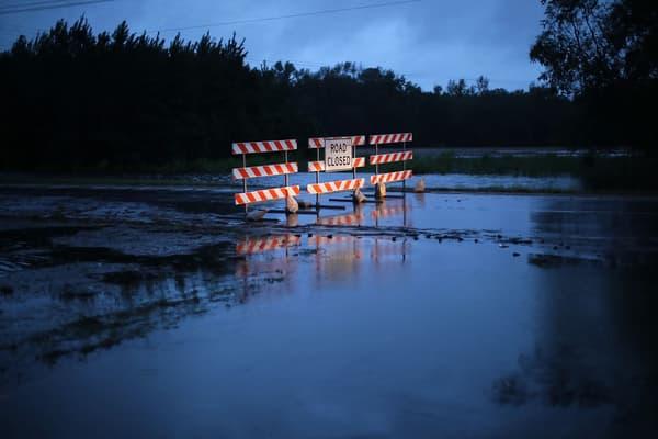 Une barrière bloque l'autoroute 70 à cause d'une inondation de la rivière Neuse, à Kinston en Caroline du Nord le 15 septembre 2018.