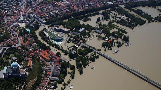 Le Danube River à Esztergom, à quelque 70 km à l'ouest de Budapest. La crue, qui a atteint un niveau record au cours de la nuit de dimanche à lundi dans la capitale hongroise avant de commencer à baisser dans la matinée, n'a pas provoqué de dégâts majeurs