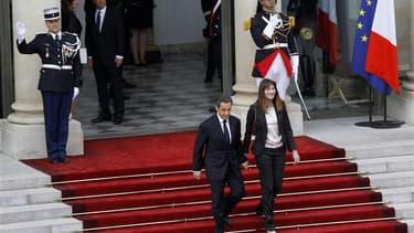 La droite française se prépare à une ère troublée de refondation après le retrait de Nicolas Sarkozy, ici lors de son départ de l'Elysée en compagnie de Carla Bruni-Sarkozy, quel que soit le résultat d'élections législatives aux ressorts incertains. /Phot