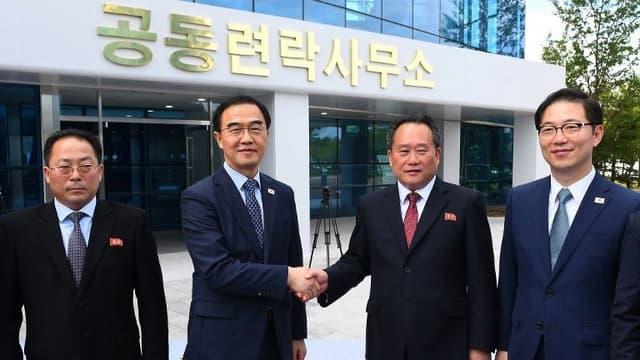 Le ministre sud-coréen de l'Unification Cho Myoung-gyon et Ri Son Gwon, son homologue au Nord.