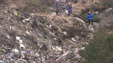Des gendarmes sur les lieux du crash de l'A320 de la Germanwings.