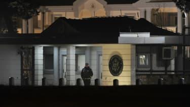 Un policier garde l'entrée de l'ambassade des Etats-Unis à Podgorica, au Monténégro, le 22 février 2018