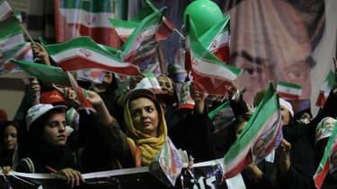 Des supporters du candidat Ali-Akbar Velayati, très proche du Guide suprême, le 12 juin, à Téhéran.