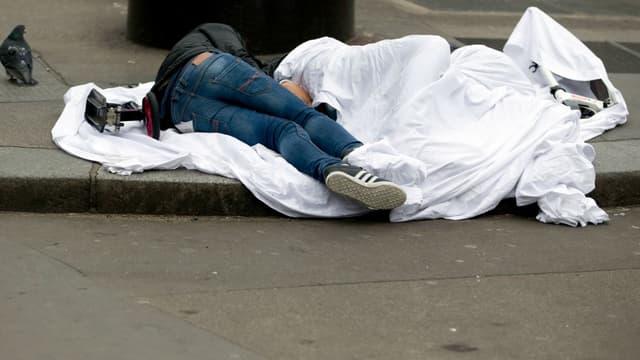 Un sans-abri dormant rue de Rivoli à Paris, le 2 avril 2015.
