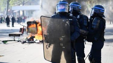"""Policiers le 20 avril place de la République, où des slogans """"suicidez-vous"""" ont été scandés à l'encontre des forces de l'ordre."""