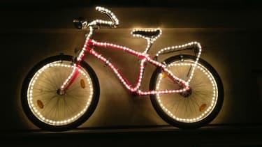 Des équipements lumineux doivent être présents obligatoirement sur les vélos (illustration).