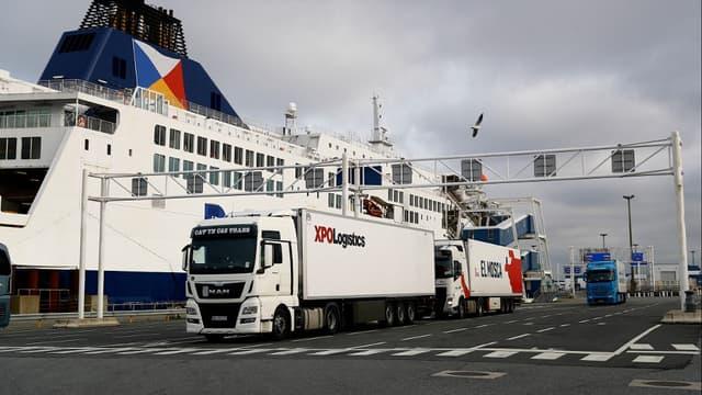 Des camions embarquant vers le Royaume-Uni au port de Calais (Pas-de-Calais) le 1er janvier 2021.