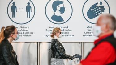 Des voyageurs à l'aéroport de Zaventem, en Belgique, le 15 juin 2020.