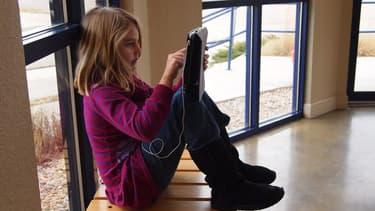 Une élève avec sa tablette en marge d'un cours.