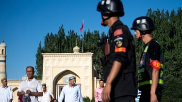 Patrouille chinoise à la sortie de mosquée dans la ville de Kashgar, au Xinjiang.