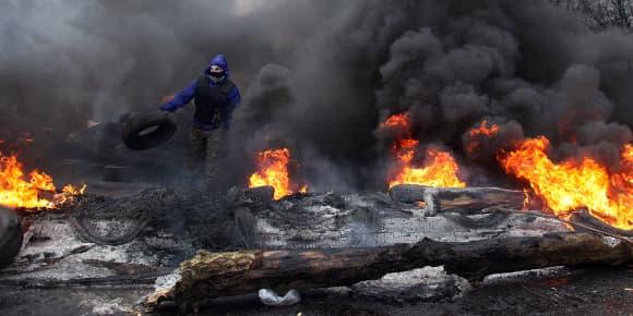 A Slaviansk, un séparatiste pro-russe se prépare dimanche à affronter les forces de police ukrainiennes.