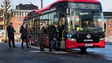 Le constructeur suédois Scania a mis au point, pour son autobus hybride Citywide LE, un inédit système de rechargement par induction.