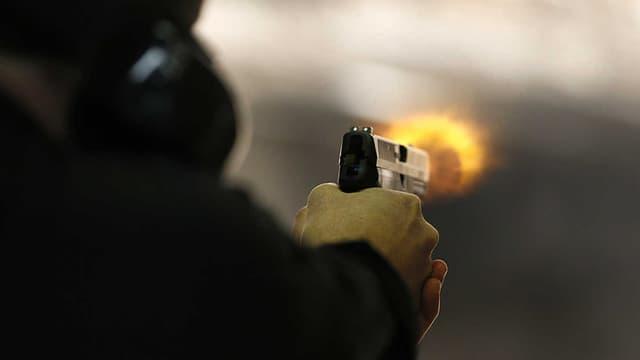 Un homme tire à l'arme à feu (photo d'illustration).