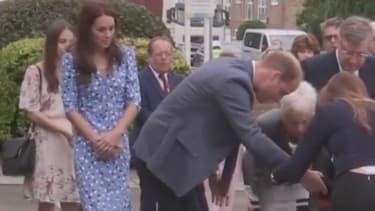 Le Prince William au secours d'un dignitaire qui a trébuché derrière lui lors de sa visite dans l'Essex.