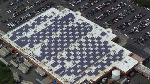 Des panneaux solaires sur le toit d'un magasin Wal-Mart à Puerto Rico.