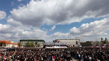 Plus de 100.000 Polonais ont rendu hommage, samedi sur la place Pilsudski, dans le centre de Varsovie, aux 96 victimes de la catastrophe aérienne du 10 avril à Smolensk, en Russie, qui a coûté la vie au président Lech Kaczynski et à son épouse, Maria. /Ph
