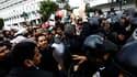 Manifestation dans le centre de Tunis. Nicolas Sarkozy appelle à une transition pacifique en Tunisie, après le départ du président Zine Ben Ali sous la pression de manifestations populaires. /Photo prise le 19 janvier 2011/REUTERS/Finbarr O'Reilly
