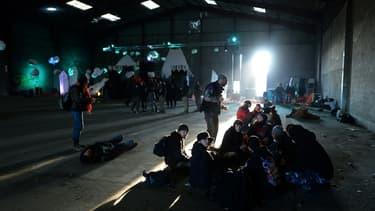 Des participants à la rave party de Lieuron (Ille-et-Vilaine) se reposent dans un hangar désaffecté, le 1er janvier 2021