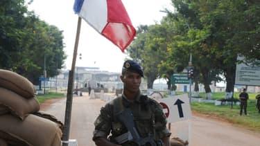 Un soldat français devant l'aéroport de Bangui, le 1er décembre 2013.