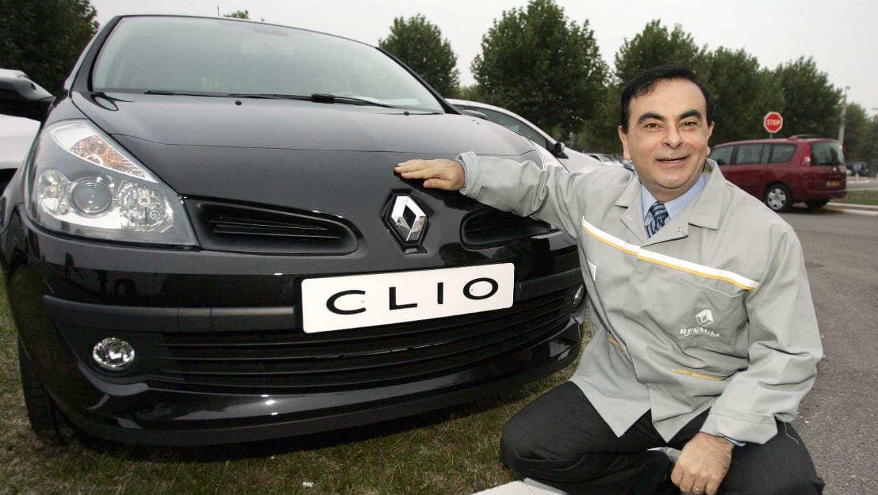 Carlos Ghosn pose à côté de la Clio à Flins, l'usine des Yvelines où elle était produite à l'époque. La 5e génération est elle assemblé à Bursa, en Turquie.