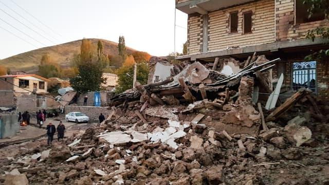 Les débris d'un bâtiment dans le village de Varnakesh, au nord-ouest de l'Iran, après un séisme de magnitude 5.9 le 8 novembre 2019