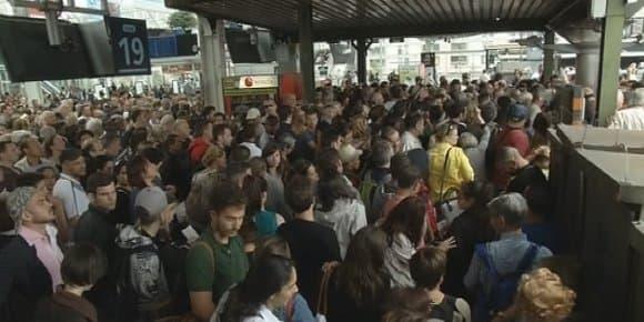 Exaspération des voyageurs Gare de Lyon, à Paris, dimanche.