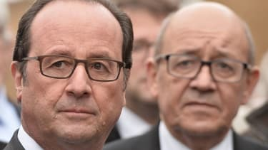 François Hollande, en compagnie du ministre de la Défense Jean-Yves Le Drian.