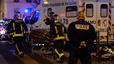 Les pompiers interviennent près du Bataclan pour évacuer les blessés, au soir des attaques terroristes du 13 novembre 2015.