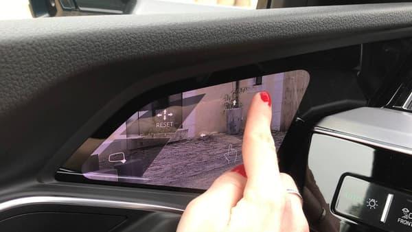 Pour régler les rétroviseurs, il suffit de toucher l'écran tactile, et de déplacer l'image. Comme sur un smartphone.