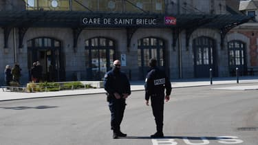 Policiers devant la gare de Saint-Brieuc.